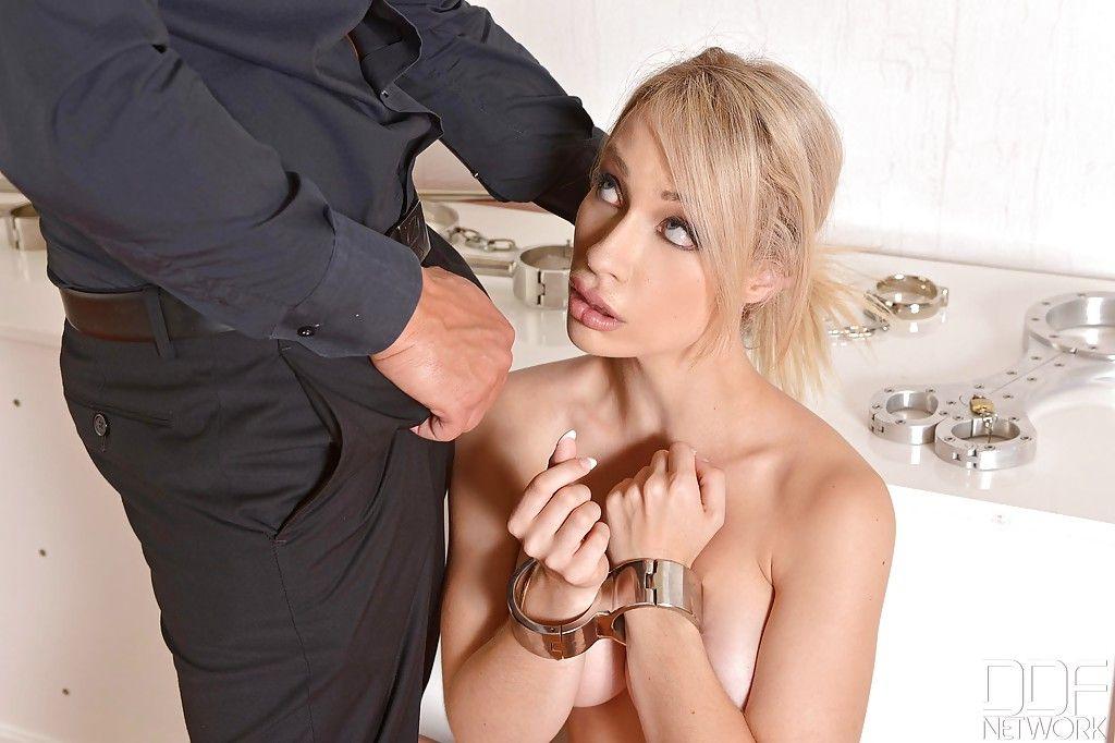 Жесткий мужчина накончал в рот блондинки после глубокого минета