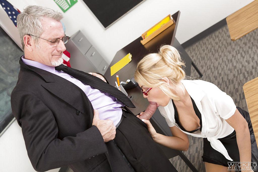 Босс кончает на лицо секретарши с круглыми сиськами в офисе