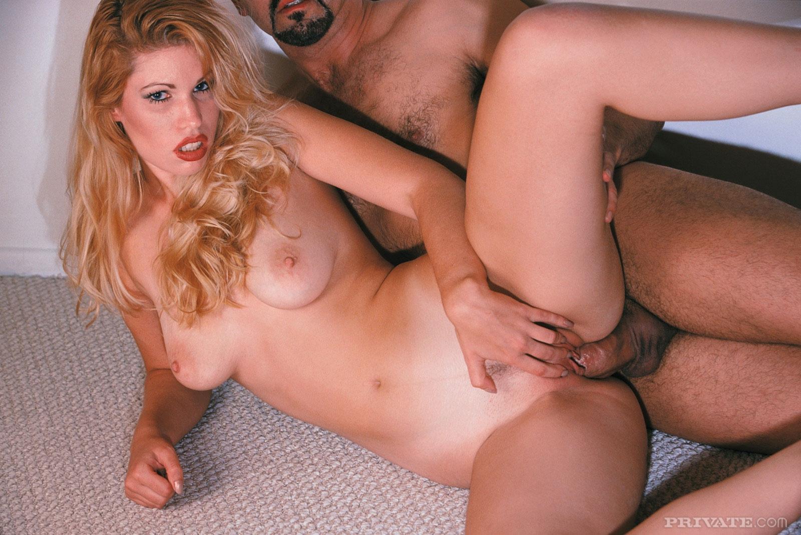 Блондинке кончают на лицо по окончанию секса в пизду