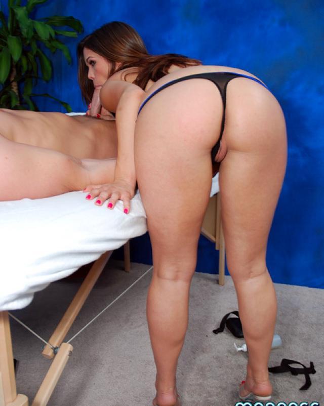 Эта девушка умеет делать не только массаж