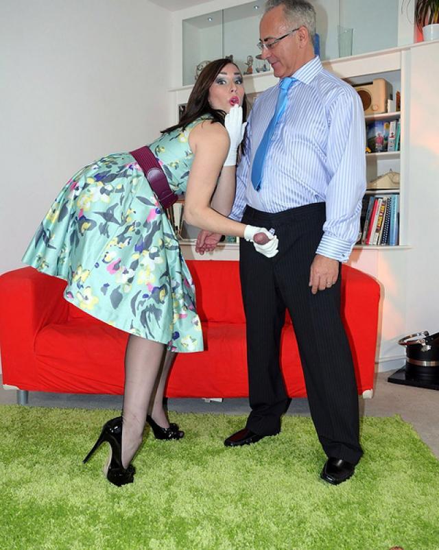 Молодая деваха в платье жарко потрахалась со старым мужчиной