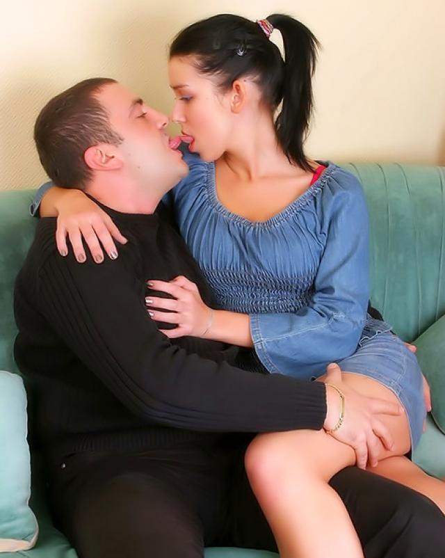 Порно старика с молодой брюнеточкой на диване