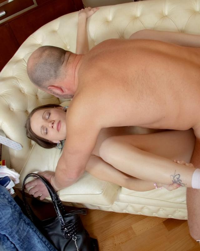 Старый парень кончил в рот молодой девки после секса
