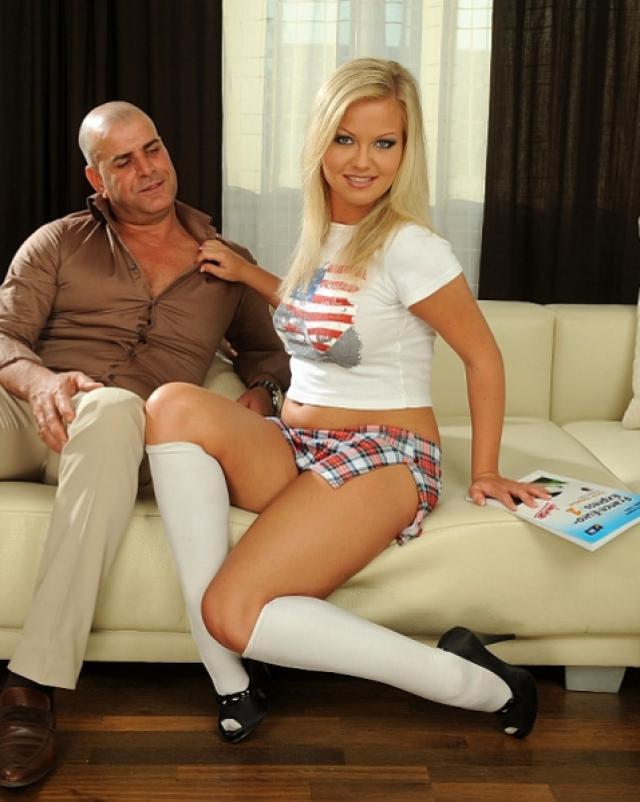 Сексуальная блондинка кончает во время шикарного порно со стариком