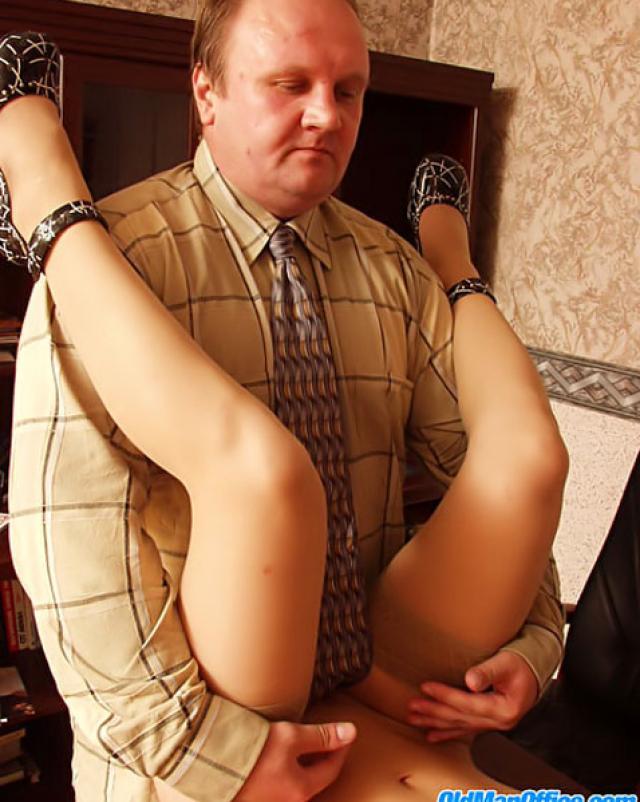 Молоденькая секретарша потрахалась с боссом ради прибавки