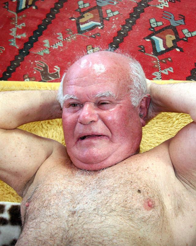 80-ти летний дед устроил горячее порно с молодой брюнеткой l