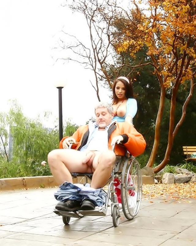 Красивая брюнетка трахается с дедом в инвалидной коляске