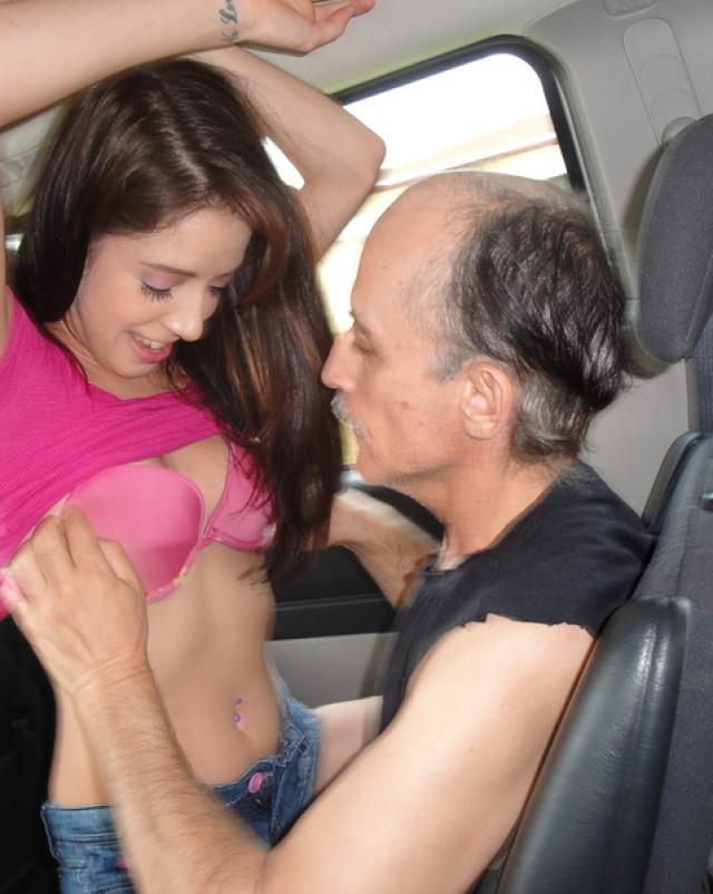 Горячее порно молодой красотки со стариком таксистом