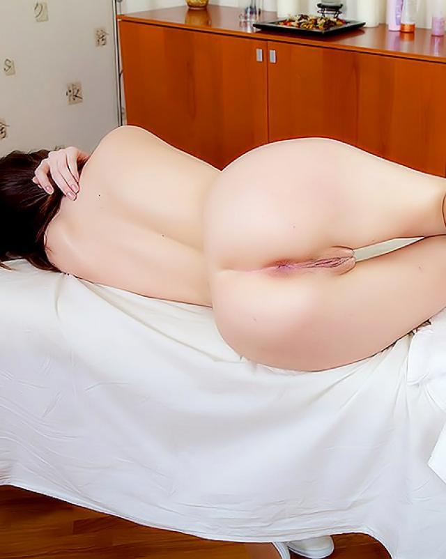 Молоденькая девушка трахается на массажном столике