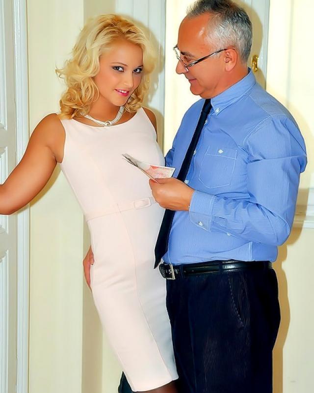 Молодая секретарша в чулках шалит со зрелым директором