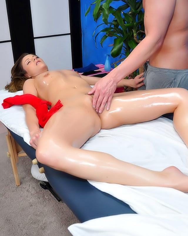 Молоденькая клиентка жестко трахается с массажистом на рабочем столе