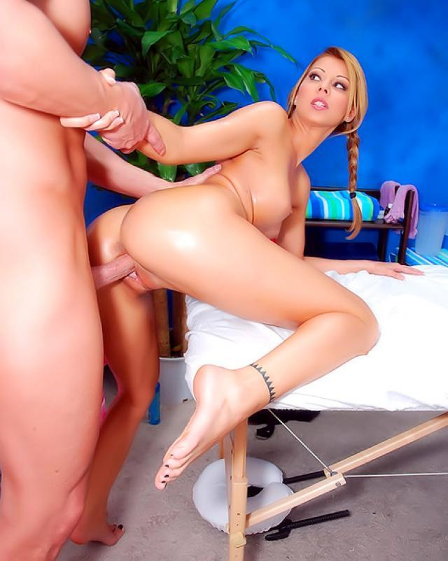 Девушка с красивым телом трахнулась на эротическом массаже