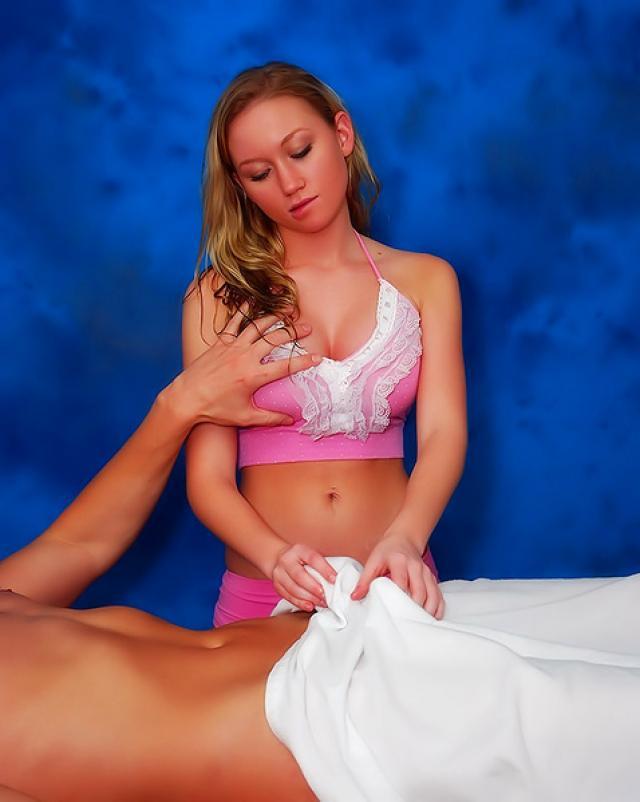 Девушка задорно трахалась верхом на парне сделав ему массаж