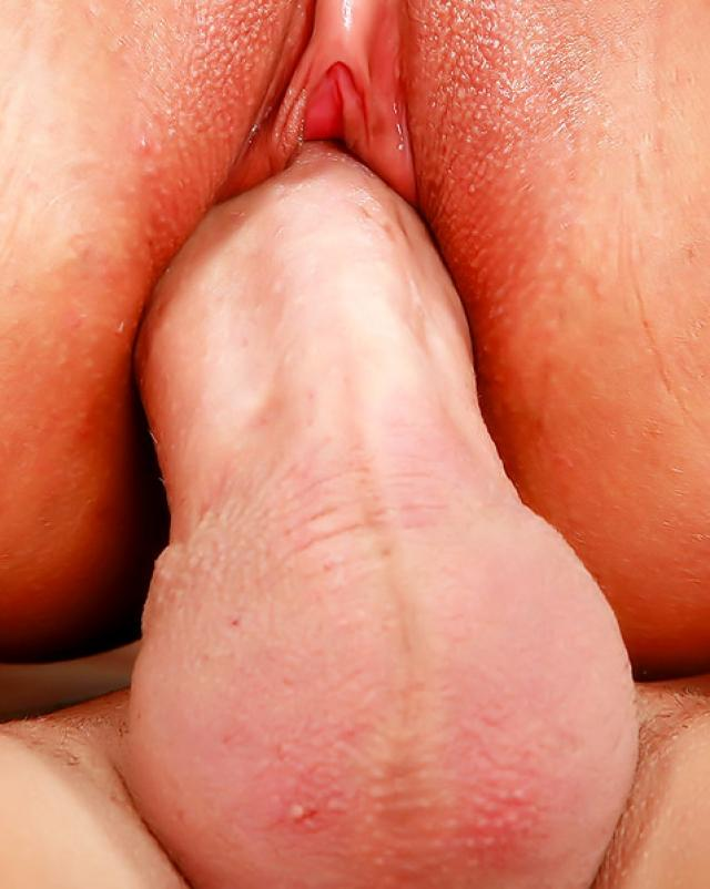 Проститутка с узенькой писей готова обслужить клиента