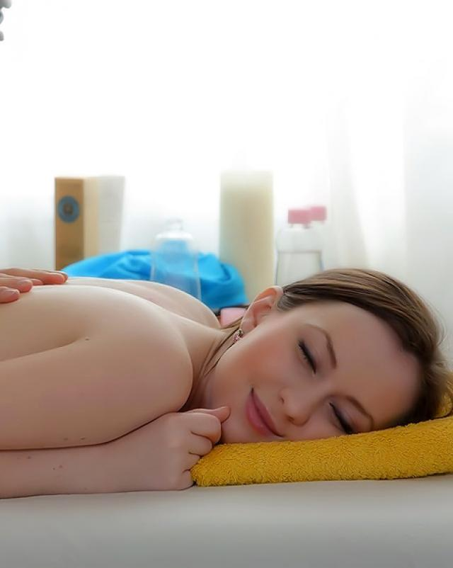 Девка отсосала за массаж