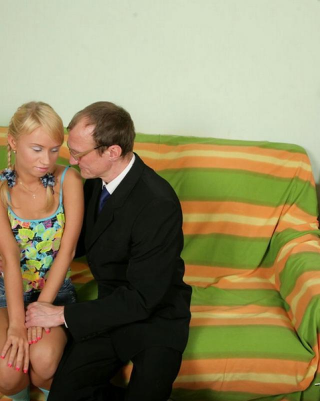 Студентка пришла к учителю для горячего секса