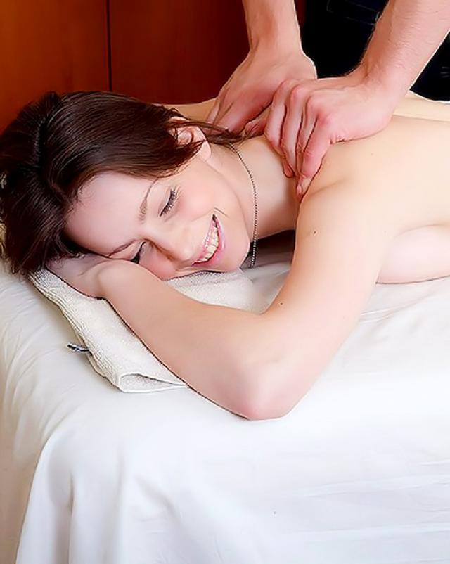 Красивая брюнетка соблазнила массажиста