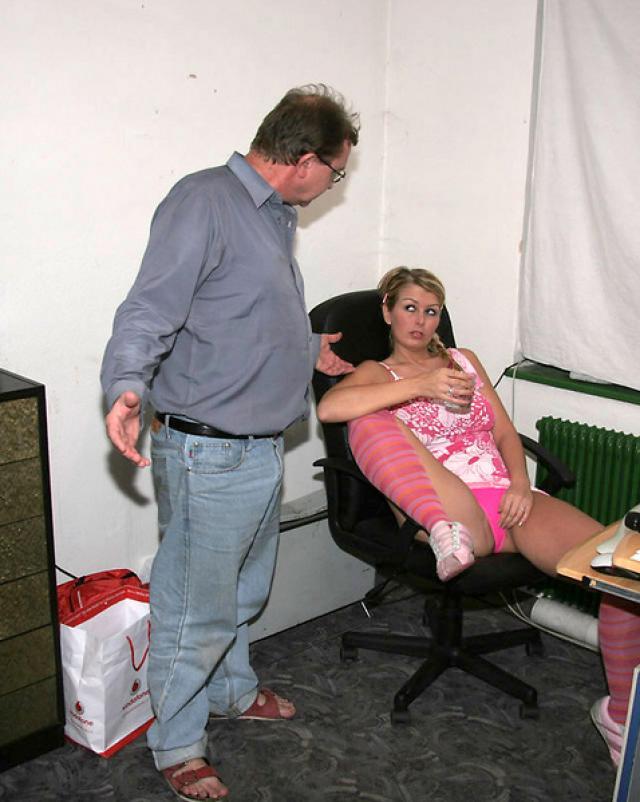 Папа заметил как дочка играет самотыком