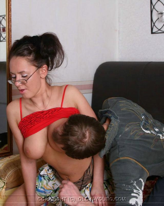 Развратная телка покоряет старый член на секс фото