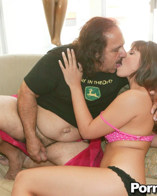 Секс фото горячей шатенки со своим дядей