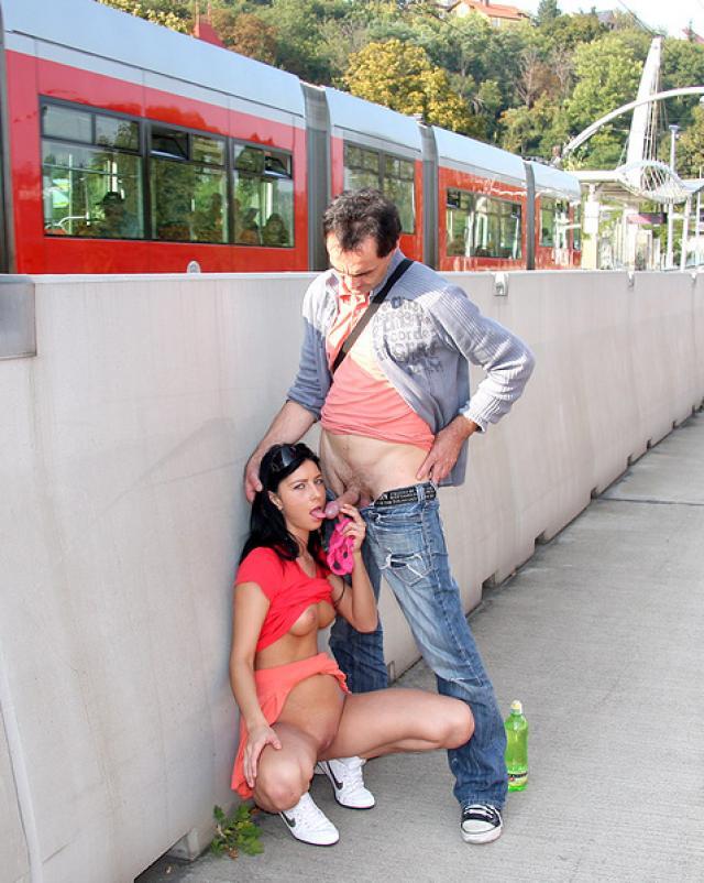 Дед шалит с молодой сучкой на улице
