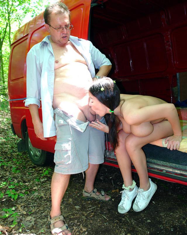 Старик вывез незнакомую телку в лес и трахнул в своем бусе
