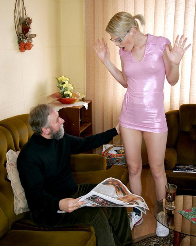 Застукала деда за порно газетой и решила пошалить