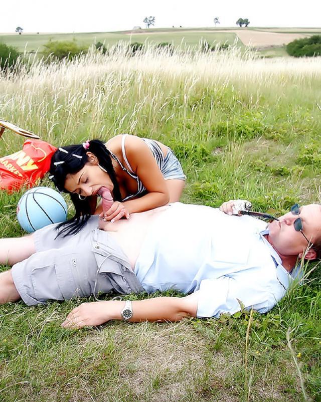 Дядя трахает свою горячую племянницу во время прогулки на природе
