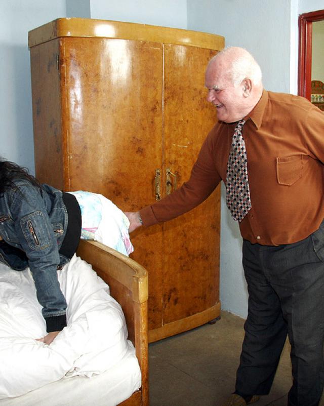 Дед после виагры покоряет молодую сучку