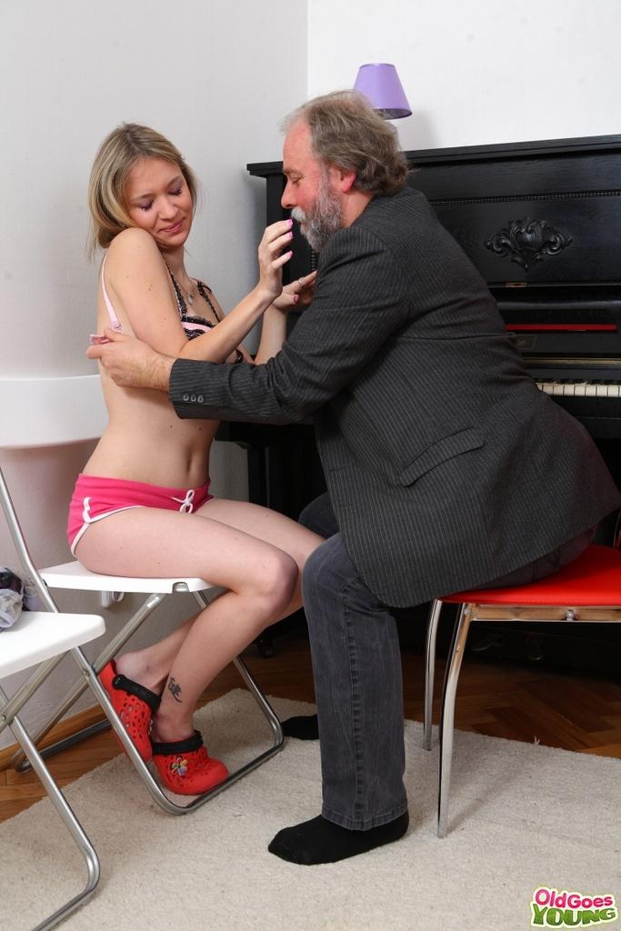 Русская телка трахается со стариком у пианино