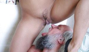 Пузатый богач занимается извращенным сексом с молодой курвой