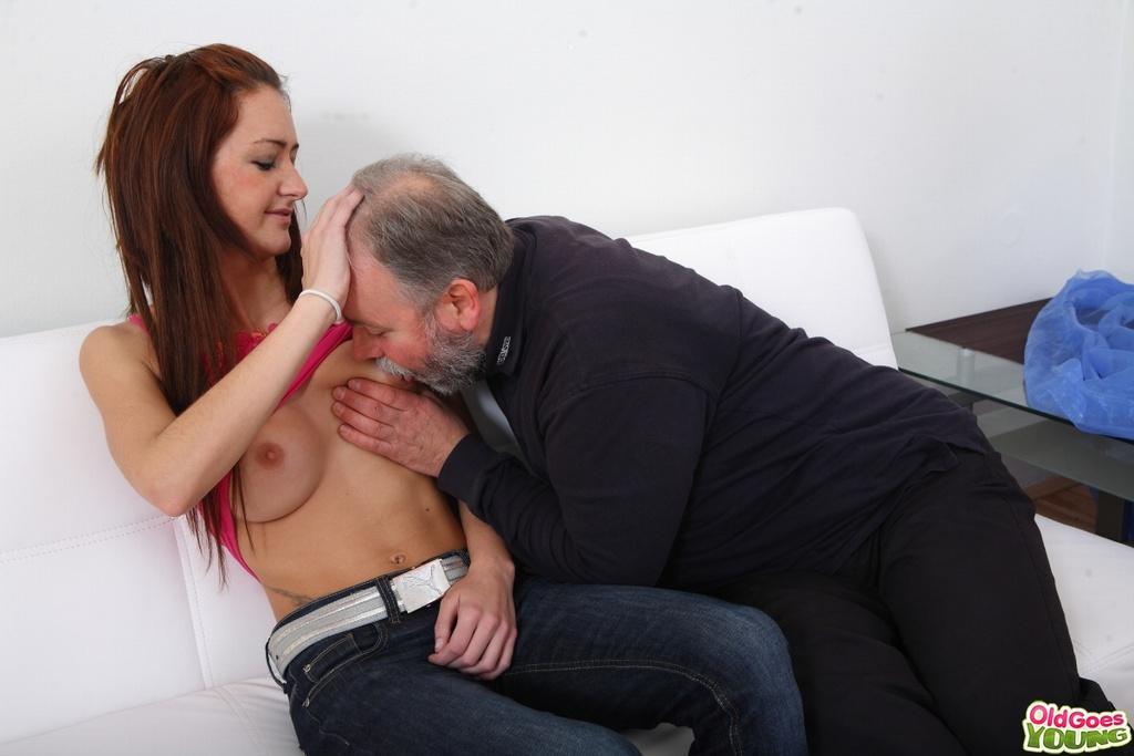 Старый негодяй имеет рыжую девушку на пару с молодым
