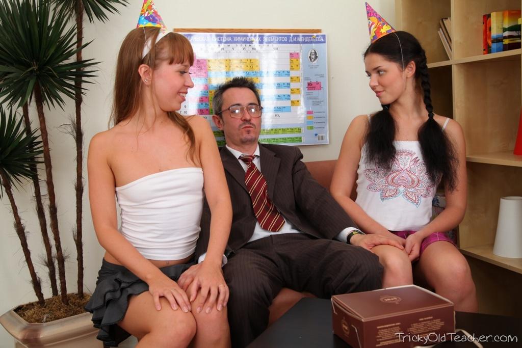 Старик с маленьким членом имеет двух молодых студенток