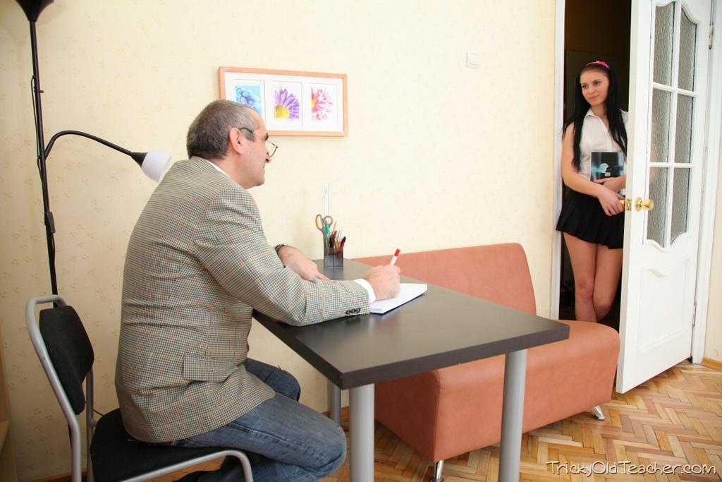 Старый ректор трахает милую студентку со спермой