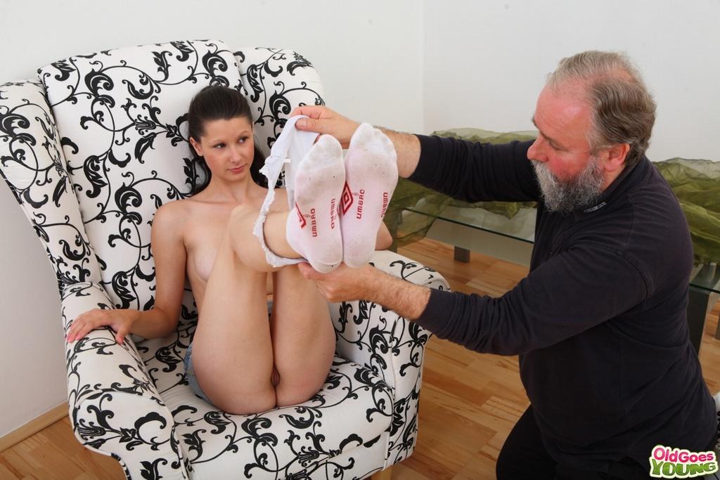 Молодой сутенер дарит старику трах с молодой сучкой