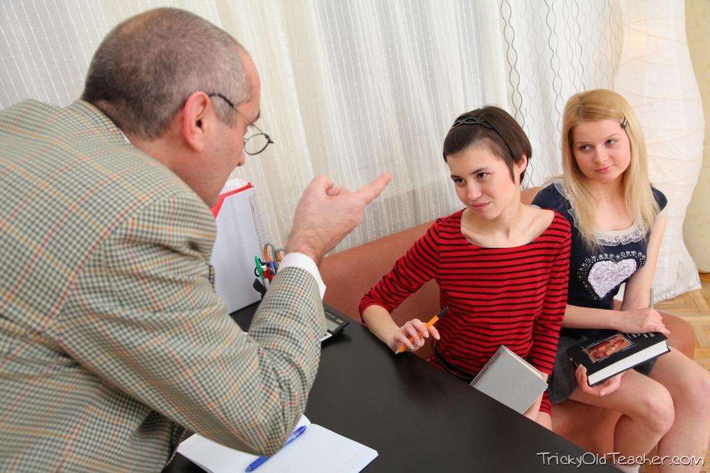 Старый препод имеет двух молоденьких студенток