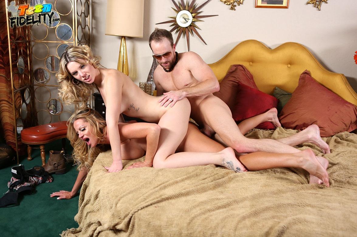 Крутой свингер трахал молодых мамочек в горячей спальне