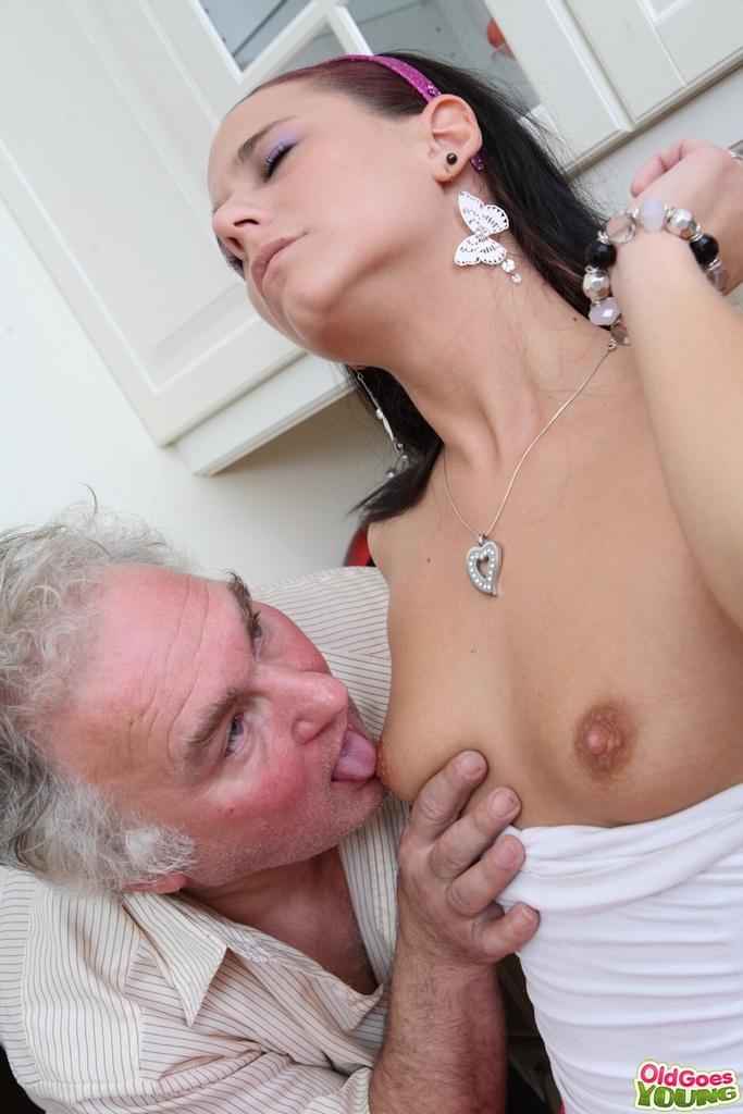 Старый извращенец имеет чужую девушку за деньги