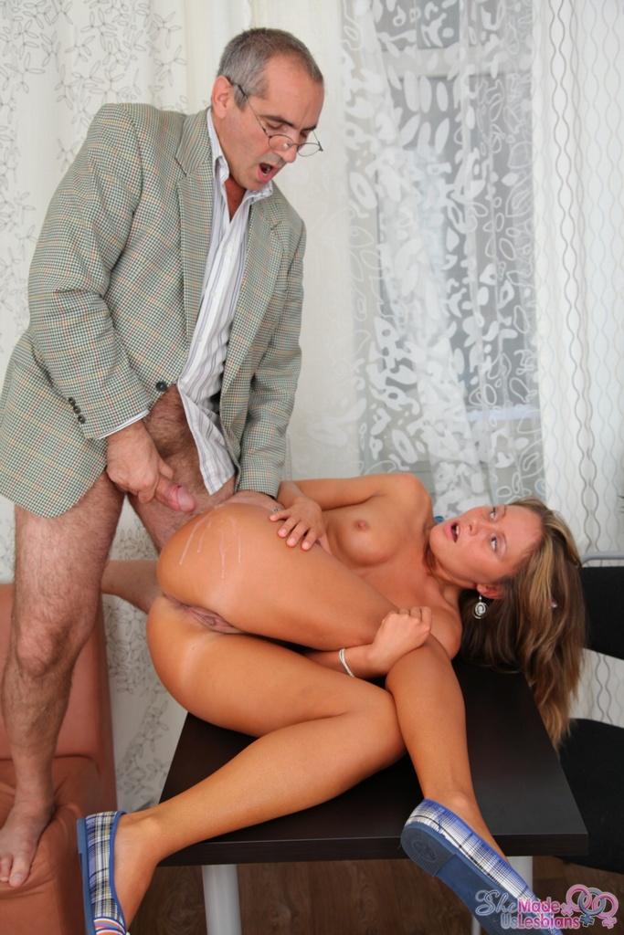 Старый начальник трахает молодую секретаршу верхом