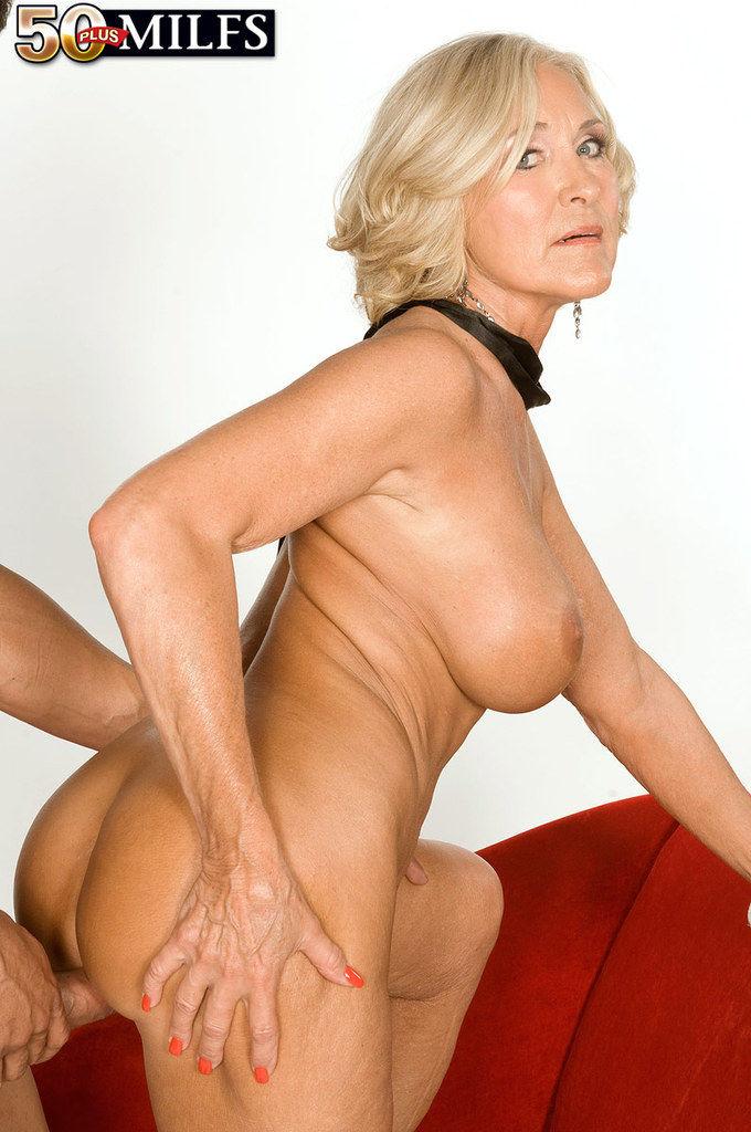 50-ти летняя домочка в кожанных брюках трахается в пизду и попу