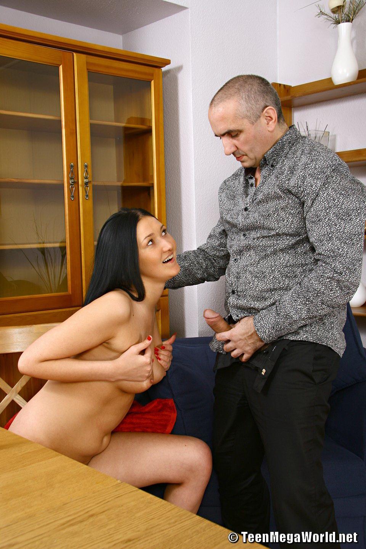 Молоденькая брюнетка скачет на большом члене престарелого армянина