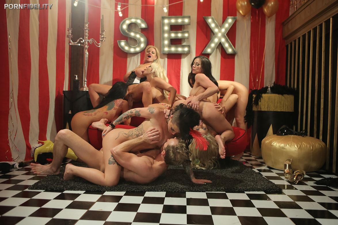 Порно звезды с большими дойками устраивают свингерскую оргию