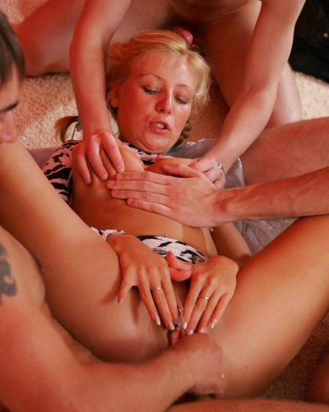Трое свингеров трахнули чужую женушку в групповухе
