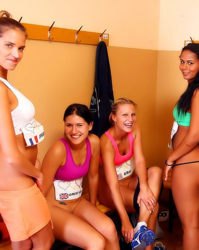 Девушки после тренировки принимают душ