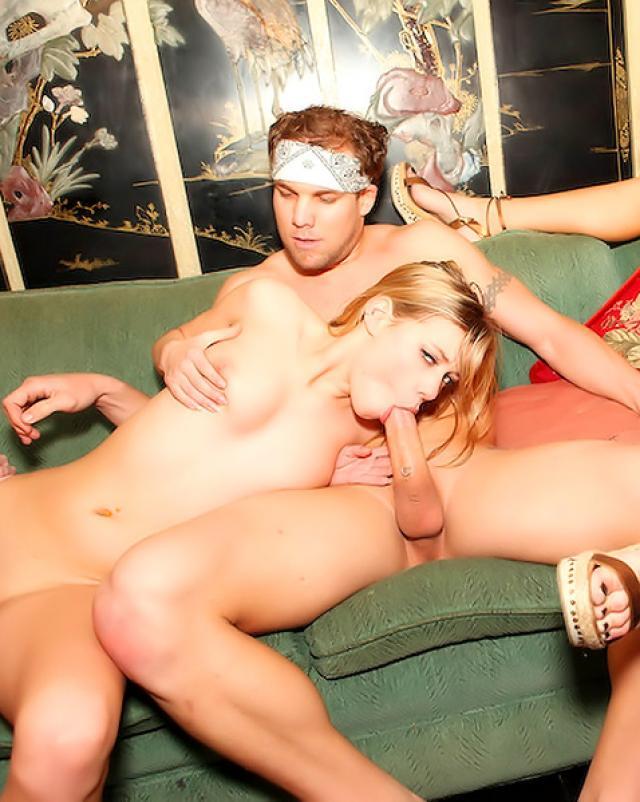 Чистильщик бассейна удовлетворяет подружек хозяйки