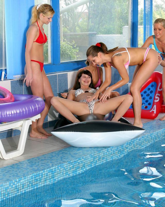 Красивые сучки развлекаются в бассейне