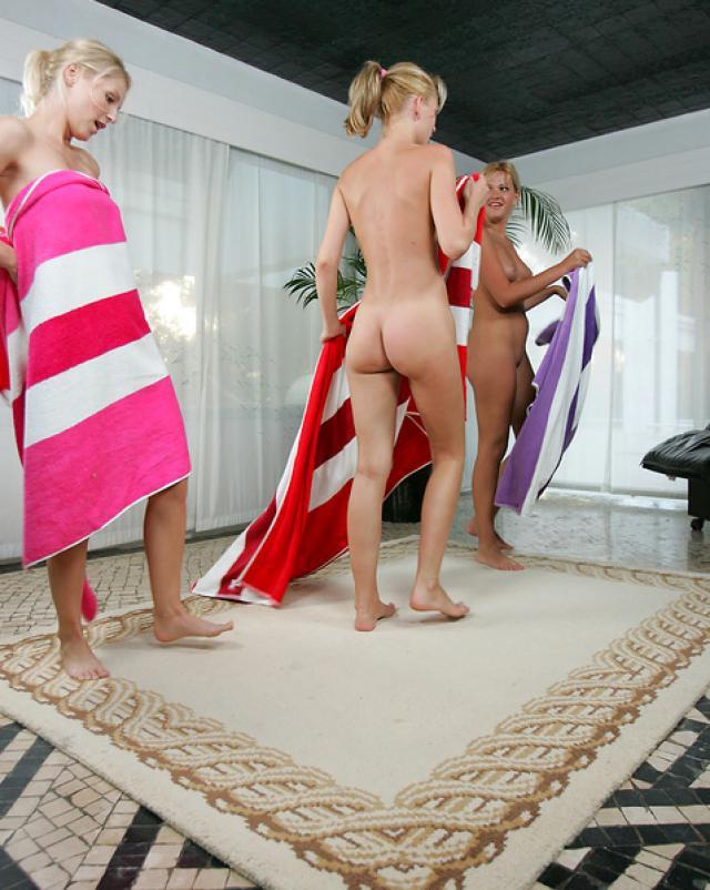 Четыре лесбиянки устроили групповуху