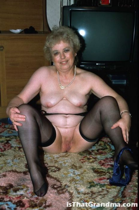 Бабушка в темных чулках показывает свою письку
