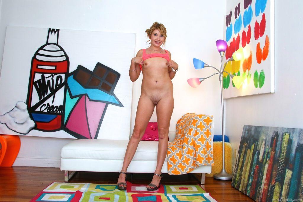 Зельда Моррисон делает порно фото ебли в анал резиновым членом