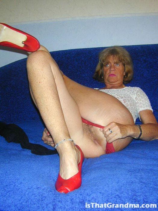 Похотливая бабуля эротично предстает в нижнем белье